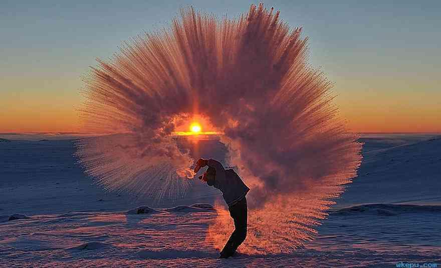 在零下40度的北极圈泼杯热茶会怎样