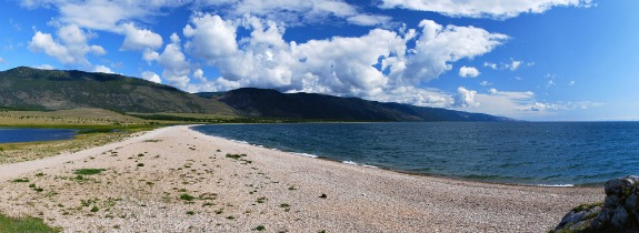 荒凉的旷野环绕着巨大的贝加尔湖.jpg