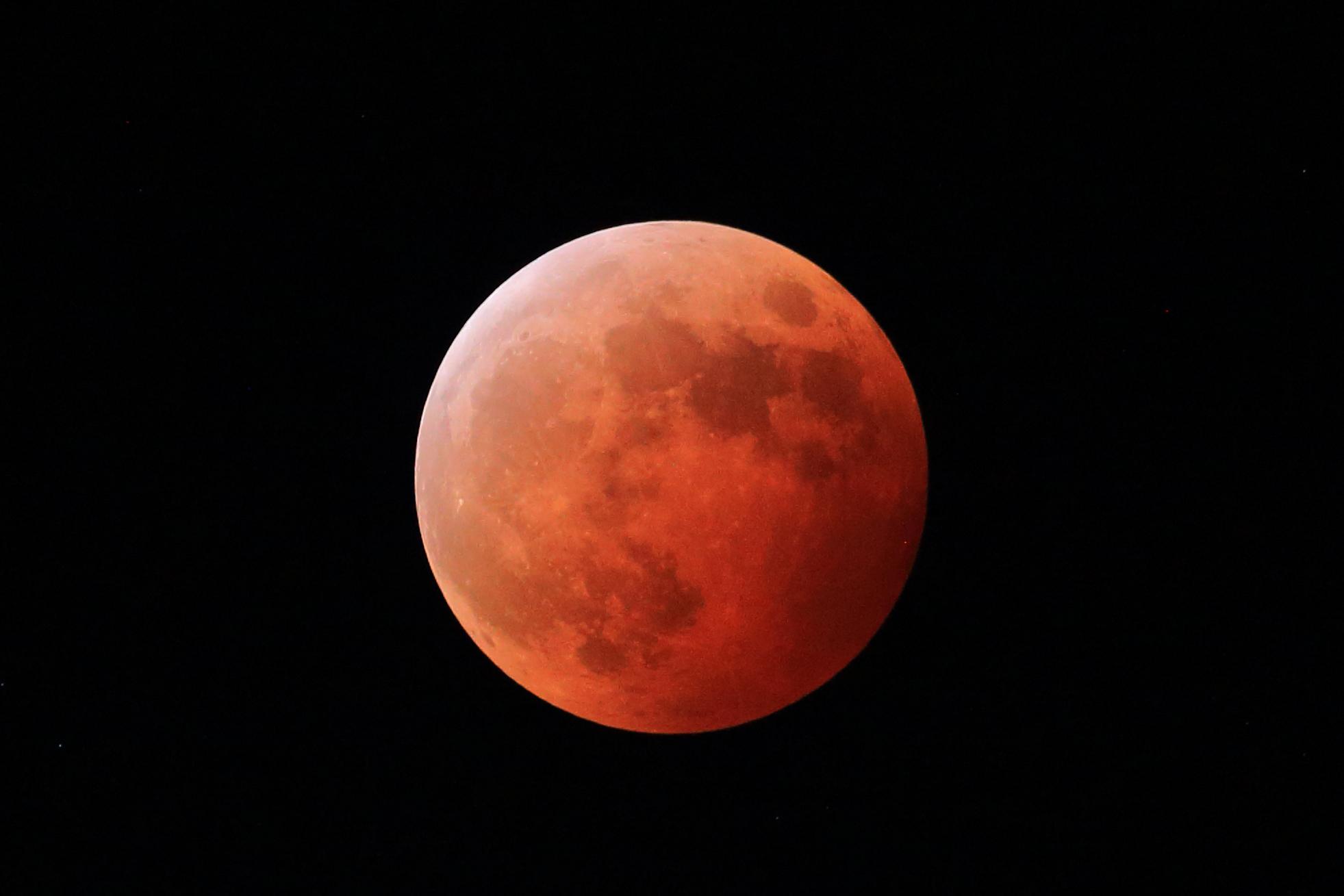 2014年10月8日,宁波北仑,月全食时月亮变成了红色。张海华摄13586911701.jpg