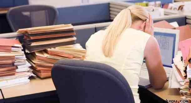 """《BMJ开放糖尿病研究与护理》杂志7月2日发表研究报告称,如果女性减少工作时间,就会降低患糖尿病的风险。    研究人员用了12年时间对7065名加拿大女性的数据健康数据进行了追踪研究。他们发现,每周工作45小时或更长时间的女性,患糖尿病的风险比每周工作35到40小时的女性高63%。   如果将吸烟,运动,饮酒和体重指数等因素考虑在内,患糖尿病风险也基本在63%左右。   但是,工作时间较长的男性,患糖尿病的风险并未增加。   目前尚不清楚,为什么患糖尿病的风险存在性别差异?研究人员猜测,原因可能是女性在休假时仍然需要做很多家务劳动。   多伦多大学博士后研究员马希说:""""女性在非工作时间还要做无偿的工作,例如家务,女性比男性做得多,而且家庭压力比工作压力更大,所有的压力都会对女性健康产生负面影响。""""   工作时间较长的女性往往比男性从事低薪工作。研究员欧米特说:""""即使男女做类似的工作,女性的收入也较少,这会影响女性的健康同时也存在很大的不平等。""""   研究表明,那些在较低工资岗位上工作较长时间的男性,同样也面临着更大的糖尿病风险。但风险没有女性那样大。   2016年在日本进行的一项研究发现,夜班、三班倒或每周工作时间超过45小时会增高糖尿病风险。 2006年针对女性的一项研究显示,长时间工作可能会产生许多其他负面的健康后果,包括糖尿病及心脏病。   宾夕法尼亚州立大学生物行为健康学巴克斯顿教授说,另一个可能导致这种风险的因素是,当女性长时间工作时,除了长时间承担压力之外,女性自我照顾的时间会相应减少。如果女性完全专注于完成工作,可能就会胡乱饮食,可能会减少运动,还无法获得足够的睡眠。   巴克斯顿教授说:""""雇主或公司应当注意这项研究,如果雇主或公司让女性过多加班,可能会增加随之而来的医疗费用,公司最终会受到损坏""""   如果雇员加班给企业带来的利润,比不上因为加班而导致企业在医疗方面的成本增加,那么,雇员加班对企业来说是,将会是经济损失。   所以说,减少女性雇员的加班时间,对企业来说是明智之举。"""