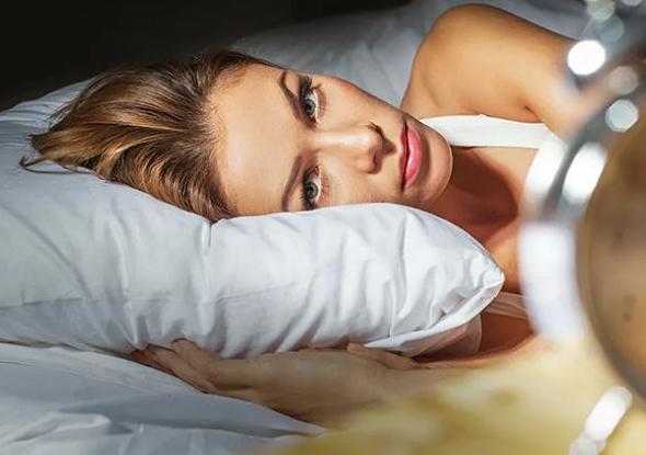研究人员分析了5万多名处于更年期的、公开了自己食谱的妇女的相关数据。根据研究结论,糖、白面包和大米会增加血糖浓度,这是失眠的原因之一。 据专家介绍,人体会释放胰岛素以降低血糖。这会导致包括肾上腺素和皮质醇在内的激素释放,而这些物质就会破坏睡眠。 科学家建议在饮食中加入水果和蔬菜,因为它们对睡眠有好处。
