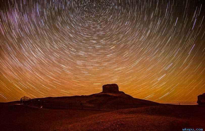 敦煌阳关景区繁星璀璨 现星轨交织美景