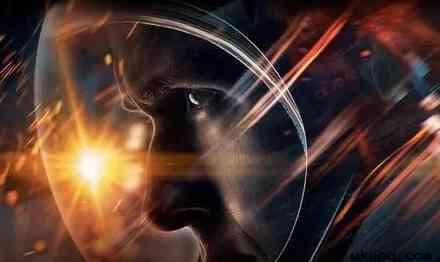 由达米恩·查泽雷执导,瑞恩·高斯林、克莱尔·芙伊主演的传记电影《登月第一人》将于2018年10月上映。这个影片展现了人类在实施历史上第一次登月壮举时所面临的种种困难,着重描绘了宇航员阿姆斯特朗及其同事所面临的种种技术问题、资金问题、家庭问题,甚至政治困境。