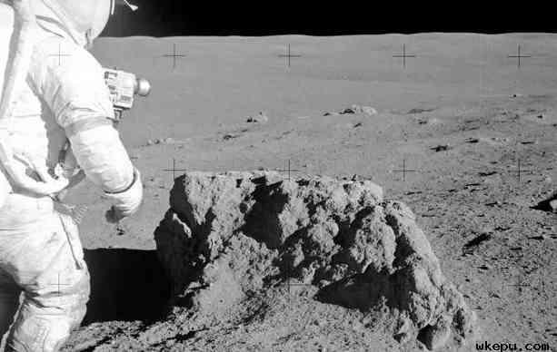 """月球上是否存在生命?也许!   科学家是否真的已经在月球上发现了存在生命的证据?目前还没有。   我们为什么要谈这个?   《天体生物学杂志》于7月23日发表了一篇新论文,论文题目非常惊人:""""早期月球是否曾经可以居住?""""   该论文是由伦敦伯克贝克学院和柏林技术大学的两位天体生物学家撰写的,这两位天体生物学家说,没有证据表明月球上曾经存在过生命。事实上,该论文没有提出任何形式的新证据。该论文也不代表任何研究性质的结论。   相反,根据现有的研究,在月球历史上可能有一段时期表面上的生物不会立即死亡。   其他科学家认为,今天的月亮不存在生命。月亮没有大气层,月亮表面没有液态水,月亮没有磁层来保护其表面免受太阳风和宇宙辐射的威胁,月亮没有作为生命基石的化学聚合物,温度变化很大。   这些科学家指出,许多最新研究表明,情况可能并非总是如此。   他们指出,由于月球的过去存在火山活跃活动,可能有两个时期(一个40亿年前,就在月球形成之后,以及下一个35亿年前),月亮可能有几百万年是适合生命存在的。   这组作者写道,火山气体可能会在月球表面喷出水蒸气,最近有证据表明,月球含有的水比科学家曾经想象的要多。同样的过程可能会促进大气层的形成。他们说,月球也可能形成一个类似于地球的磁场,它会偏转造成威胁的恒星辐射。   这就可以解决月球可居住性的三个关键问题。目前,研究人员未能没有直接解决月球的温度变化问题,也许,月球曾经的大气层可以解决这个问题。不过,还有一件重要因素没有解决:生命的基石。   月球未曾发现氨基酸或其他化学物质,没有这些物质,就不可能形成生物。类似的化学物质已经发现远离火星。   研究人员写道,这些化学物质可能是原生的,也可能是通过小行星撞击而来的。一些科学家认为,地球的生命可能来自于小行星撞击。"""
