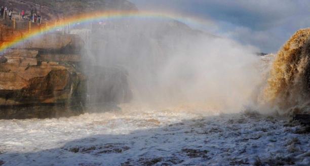 据中央电视台新闻中心官方微博12月26日报道,近日受持续降温影响,黄河壶口瀑布出现冰挂美景。这些冰挂都是黄河水从瀑布倾泻而下,冒起的水雾迅速冻结而成。两岸的冰挂晶莹剔透、造型各异,有的像龙须,垂悬在岩石上;有的如无暇白玉,镶嵌在河岸旁。